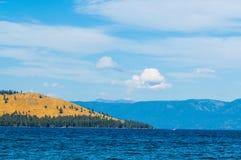 Línea de la playa estéril con Mountain View sobre el lago de cabeza llana Montana Fotos de archivo libres de regalías