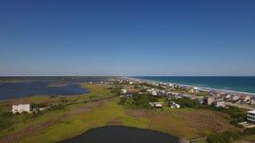 Línea de la playa de establecimiento aérea de la isla de Topsail del tiro del alto ángulo almacen de video