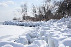 Línea de la playa helada nevada el lago Ontario Foto de archivo libre de regalías
