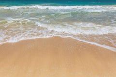 Línea de la playa hermosa en la playa arenosa tropical en la isla de Oahu imagen de archivo