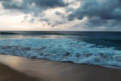 Línea de la playa hermosa en la playa arenosa tropical en la isla de Oahu foto de archivo libre de regalías