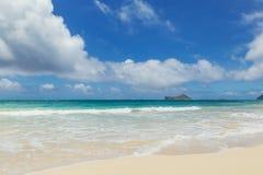 Línea de la playa hermosa en la playa arenosa tropical en la isla de Oahu fotografía de archivo