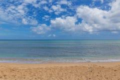 Línea de la playa hermosa en la playa arenosa tropical en la isla de Oahu fotos de archivo libres de regalías