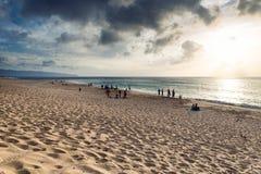 Línea de la playa hermosa de la puesta del sol en la playa arenosa tropical en la isla de Oahu imagen de archivo libre de regalías