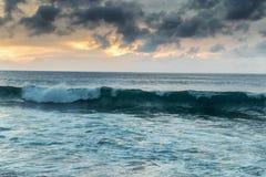 Línea de la playa hermosa de la puesta del sol en la playa arenosa tropical en la isla de Oahu imagenes de archivo