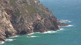 Línea de la playa o costa costa y acantilados almacen de metraje de vídeo