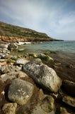 Línea de la playa rocosa Fotografía de archivo libre de regalías