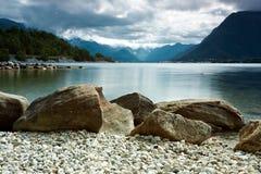 Línea de la playa rocosa Fotos de archivo