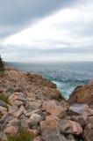 Línea de la playa rocosa Foto de archivo libre de regalías