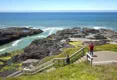 Línea de la playa rocosa de la lava, costa de Oregon. Fotografía de archivo