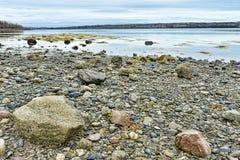 Línea de la playa rocosa durante la bajamar en la costa de Maine Foto de archivo libre de regalías