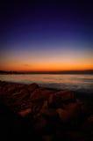 Línea de la playa tropical de la puesta del sol del verano Foto de archivo libre de regalías