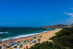 Línea de la playa de una ciudad costera Foto de archivo libre de regalías