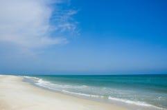 Línea de la playa y cielo azul Imágenes de archivo libres de regalías
