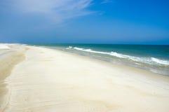 Línea de la playa y cielo azul Fotos de archivo libres de regalías