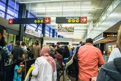 Línea de la seguridad aeroportuaria imagen de archivo