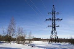 Línea de la transmisión tower Paisaje del invierno Imagen de archivo