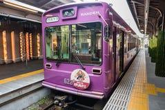 Línea de la tranvía de Keifuku Randen que llega la estación de Arashiyama Randen Foto de archivo