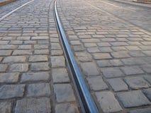 Línea de la tranvía en un pavimento de la piedra del adoquín Fotografía de archivo libre de regalías