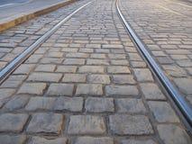 Línea de la tranvía en un pavimento de la piedra del adoquín Fotos de archivo