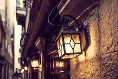 Línea de linternas en Venecia en la noche en la pared del vintage fotos de archivo libres de regalías