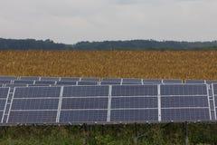 Línea de los paneles solares Foto de archivo libre de regalías