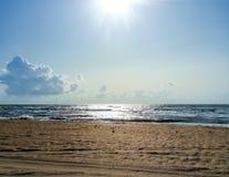 Línea de mar del horizonte Mar y cielo Las ondas y el resplandor del sol se reflejan de las ondas del mar Paisaje marino Fotografía de archivo