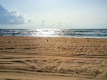 Línea de mar del horizonte Mar y cielo Las ondas y el resplandor del sol se reflejan de las ondas del mar Paisaje marino Imagen de archivo libre de regalías
