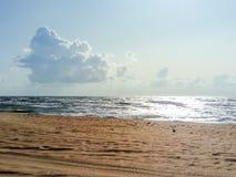 Línea de mar del horizonte Mar y cielo Las ondas y el resplandor del sol se reflejan de las ondas del mar Paisaje marino Fotografía de archivo libre de regalías