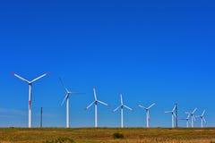 Línea de molinoes de viento en el campo Fotos de archivo