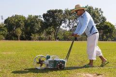 Línea de pintura del trabajador en el fútbol, fútbol, campo Fotos de archivo