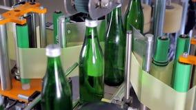 Línea de producción del agua Etiquetado de una botella almacen de metraje de vídeo