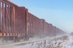 Línea de Railcars que azotan encima de nieve foto de archivo libre de regalías