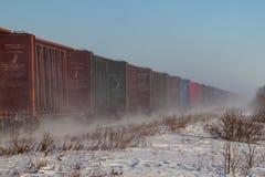Línea de Railcars vacíos que azotan encima de nieve foto de archivo
