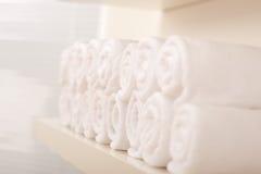 Línea de rodado encima de las toallas de baño blancas imágenes de archivo libres de regalías