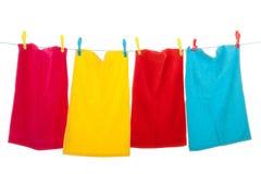 Línea de ropa con el lavadero imagen de archivo