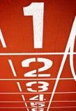 Línea de salida en una pista corriente roja Imagen de archivo