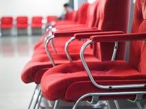 Línea de sillas rojas Fotos de archivo libres de regalías