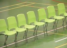 Línea de sillas verdes en pasillo de deportes Imagenes de archivo