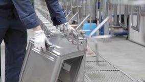 Línea de trabajo del transportador, caja del metal de la nave metrajes