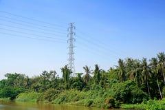 Línea de transmisión de alto voltaje de los posts o de poder torre y cielo azul Imagen de archivo