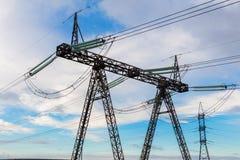 Línea de transmisión eléctrica de alto voltaje pesada del pilón y de poder Fotografía de archivo libre de regalías