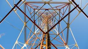 Línea de transmisión eléctrica del braguero del primer torre Imagenes de archivo
