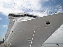 Línea de travesía nave en puerto Foto de archivo libre de regalías