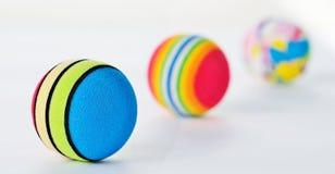 Línea de tres bolas modeladas brillantemente coloreadas de Foan Imágenes de archivo libres de regalías