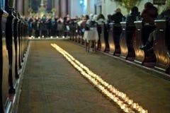 Línea de velas llameantes en la iglesia barroca Imágenes de archivo libres de regalías