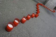 Línea de velas rojas Imágenes de archivo libres de regalías
