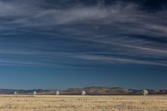 Línea de Very Large Array de telescopios del observatorio de la radioastronomía en el desierto de New México, espacio de la copia fotografía de archivo libre de regalías