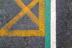 Línea de vieja textura de la carretera de asfalto con amarillo y verde y blanco Imagenes de archivo