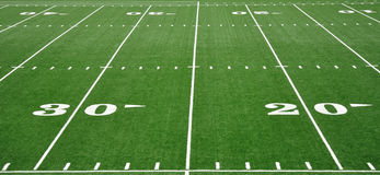 línea de yardas 20 y 30 en campo de fútbol americano Fotografía de archivo libre de regalías